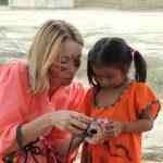 Mała Indianka Wayúu oglądająca swoje zdjęcie