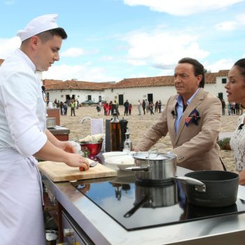 Uczestnik Michał słuchający porad kolumbijskiej szef kuchni, Cataliny Vélez