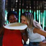 Degustacja chlebka casabe w Amazonii